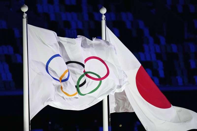 2021年7月23日,東京奧運(東奧)開幕式,奧運會旗與日本國旗(AP)
