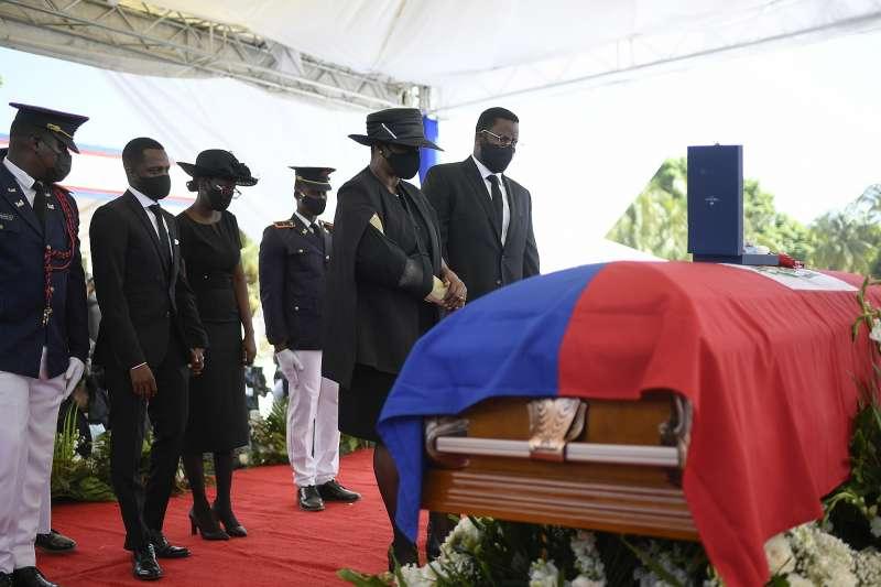 遭暗殺的海地總統摩依士葬禮7月23日舉行,附近卻有抗議活動並傳出槍響。 (AP)