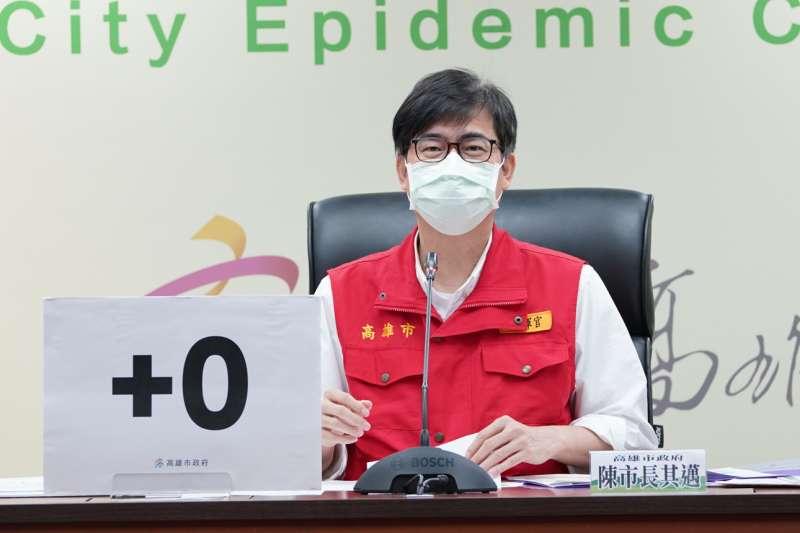 三級警戒起,高雄市長陳其邁每天下午固定召開記者會,透過網路與電視與市民說明疫情最新發展與注意事項。(圖/徐炳文翻攝)