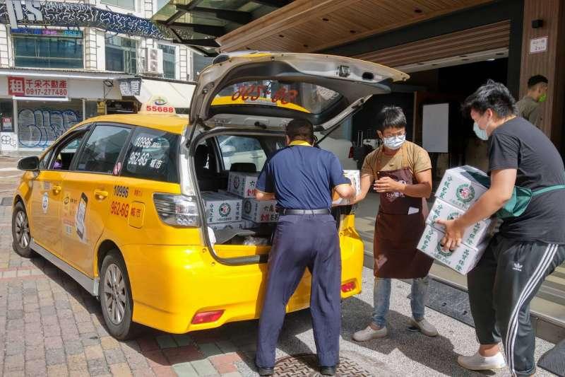 高市府在防疫期間推出「高雄好家載」,強調三方互助,達成市民、業者與計程車三贏局面。(圖/高市府提供)