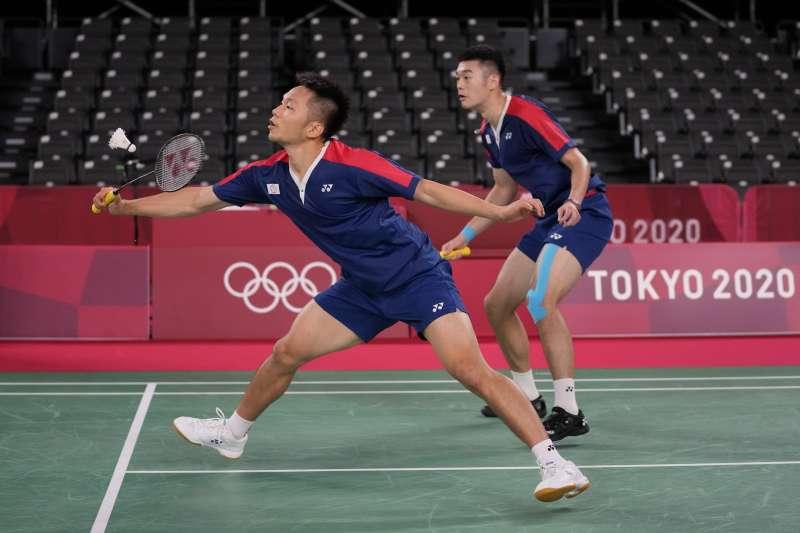 台灣羽球男雙組合「麟洋配」王齊麟與李洋,今(29)日在東京奧運男雙8強以21比16、21比19擊敗日本的渡邊勇大與遠藤大由,成為台灣羽球史上第1組晉級奧運4強的選手。(圖/AP)