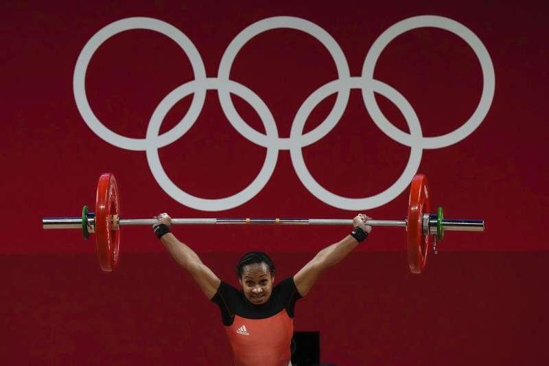 2021年7月24日,東京奧運開幕式為巴布亞紐幾內亞掌旗的圖阿(Loa Dika Toua)成為史上首位5度參加奧運的女子舉重選手(AP)