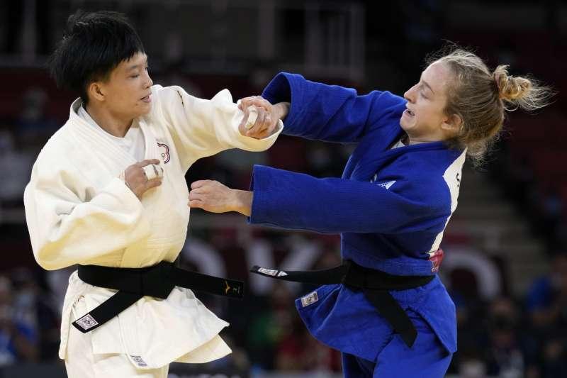 2021年7月24日,東京奧運,台灣代表隊柔道選手林真豪(左)出賽,對戰以色列選手里雄尼(Shira Rishony)(AP)