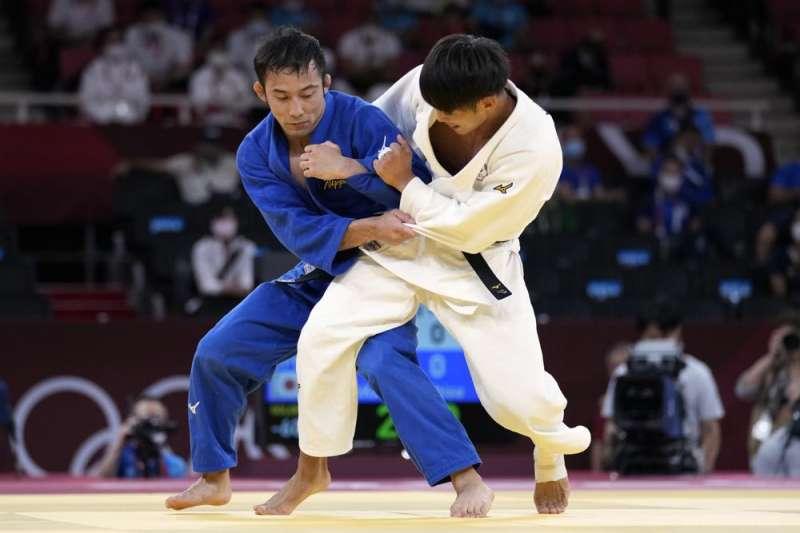 東京奧運男子柔道60公斤級決賽,我國好手楊勇緯(右)不敵日本高藤直壽(左),拿下銀牌,但也創造台灣柔道史上最佳成績。(美聯社)