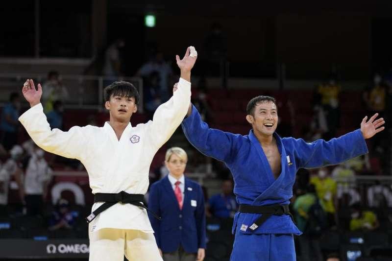 我國柔道選手楊勇緯(圖左)在東京奧運決賽時對上日本選手高藤直壽(圖右),最終惜敗拿下銀牌。(資料照,美聯社)