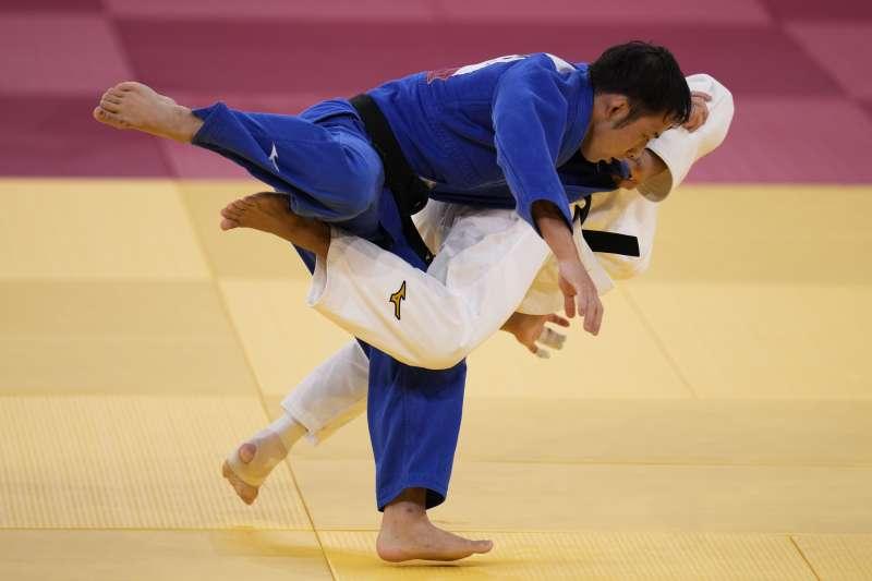 2021年7月24日,東京奧運,台灣代表隊柔道選手楊勇緯(白色服裝)對戰日本選手高藤直壽,勇奪銀牌(AP)