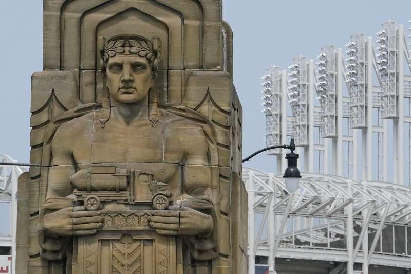克里夫蘭捍衛者隊(Cleveland Guardians)隊名與隊徽取材克里夫蘭當地的「希望紀念大橋」(Hope Memorial Bridge)與橋上石雕「交通捍衛者」(Guardians of Traffic)(AP)