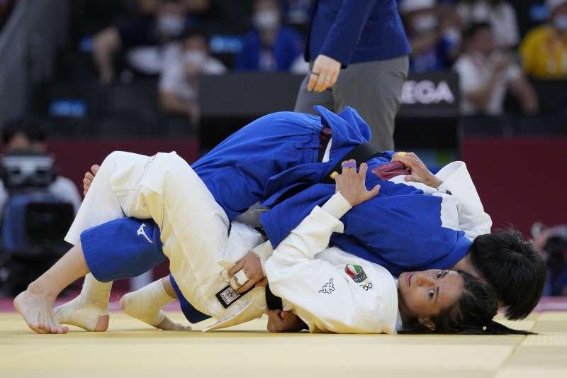 台灣柔道選手林真豪(藍衣者)在東京奧運柔道女子48公斤量級連過2關,8強門票到手。(取自美聯社)