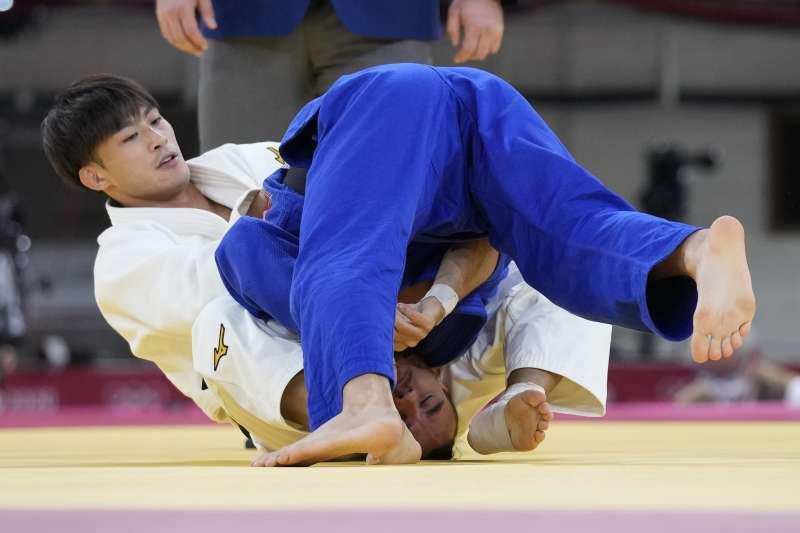 東京奧運台灣代表隊柔道選手楊勇緯(左)出賽,對戰保加利亞選手(Yanislav Gerchev)。(美聯社)