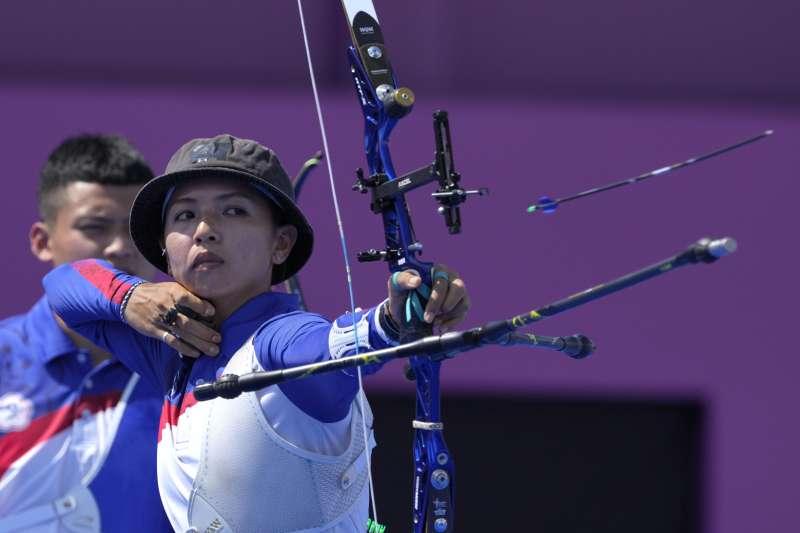 台灣射箭選手林佳恩在東京奧運射箭女子個人對抗賽16強,以2比6不敵美國女將布朗(Mackenzie Brown)。(AP)