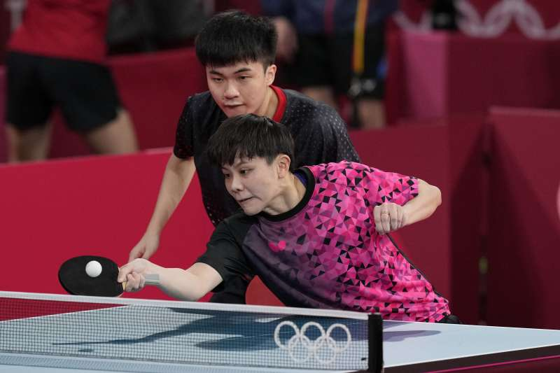 東奧台灣代表隊桌球選手鄭怡靜(前方)、林昀儒成功挺進混雙4強。(AP)