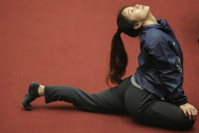 2021年7月23日,東京奧運,台灣代表隊舉重選手方莞靈進行練習(AP)