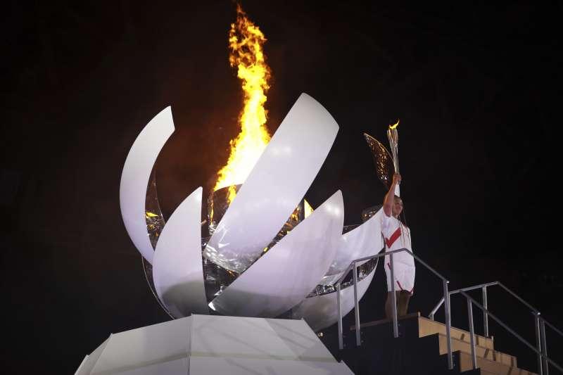 2021年7月23日,東京奧運開幕式,大坂直美點燃會場聖火(AP)