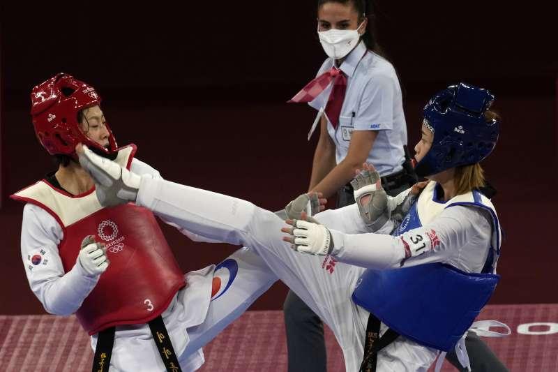 2021年7月25日,東京奧運,台灣代表隊跆拳道選手羅嘉翎(右)險勝南韓選手李雅凜,晉級8強。(AP)