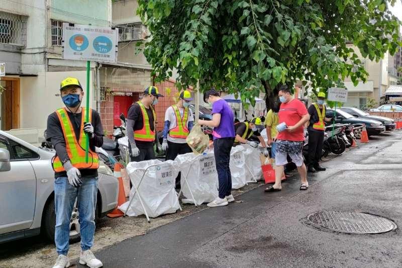 中市環保局安心上工人員,協助垃圾收運防疫舉牌宣導工作。(圖/台中市政府提供)
