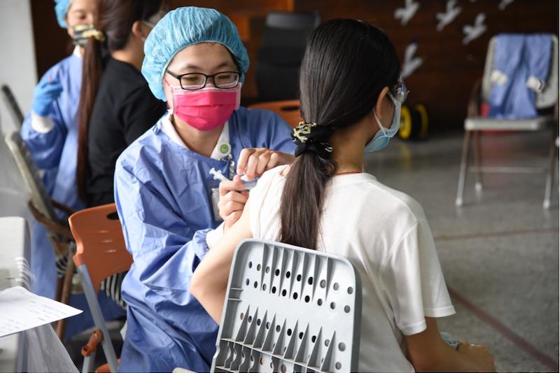 投縣公私立國小教職員工完成施打疫苗作業。(圖/南投縣政府提供)