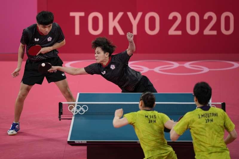 2021年7月25日,東京奧運,台灣代表隊桌球混雙選手林昀儒、鄭怡靜敗給日本選手水谷隼和伊藤美誠(AP)