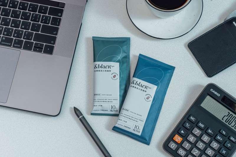 台灣專門製作蛋白質零食的品牌Spark Protein新推出的高纖優蛋白黑咖啡。(圖/楠軒工作室)