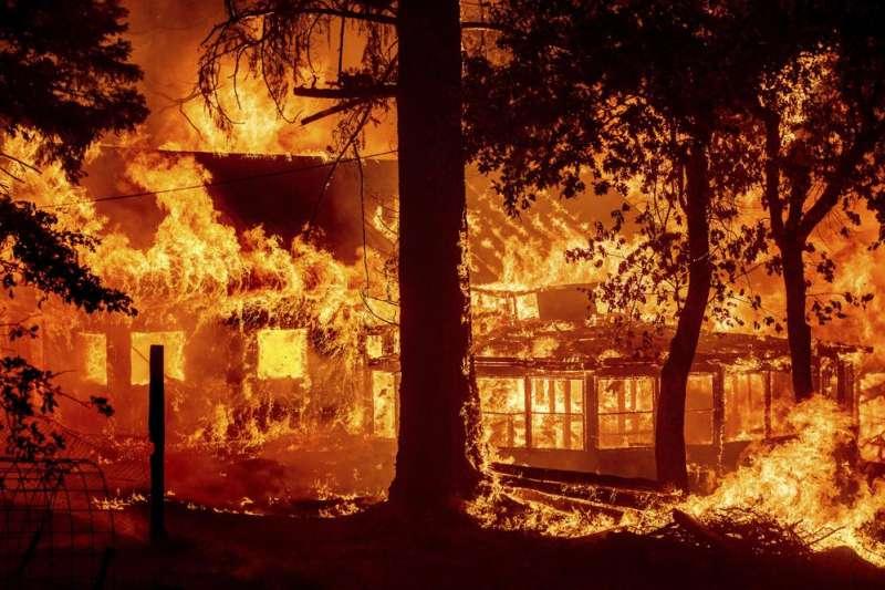 7月24日,美國加州一棟房子遭野火吞噬(美聯社)