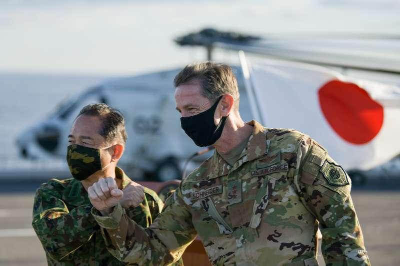 日本自衛隊統合幕僚長(相當於我國參謀總長)山崎幸二與美軍空軍中將凱文・史奈德(Kevin B. Schneider)去年在出雲號甲板上合影。(美國海軍官網)
