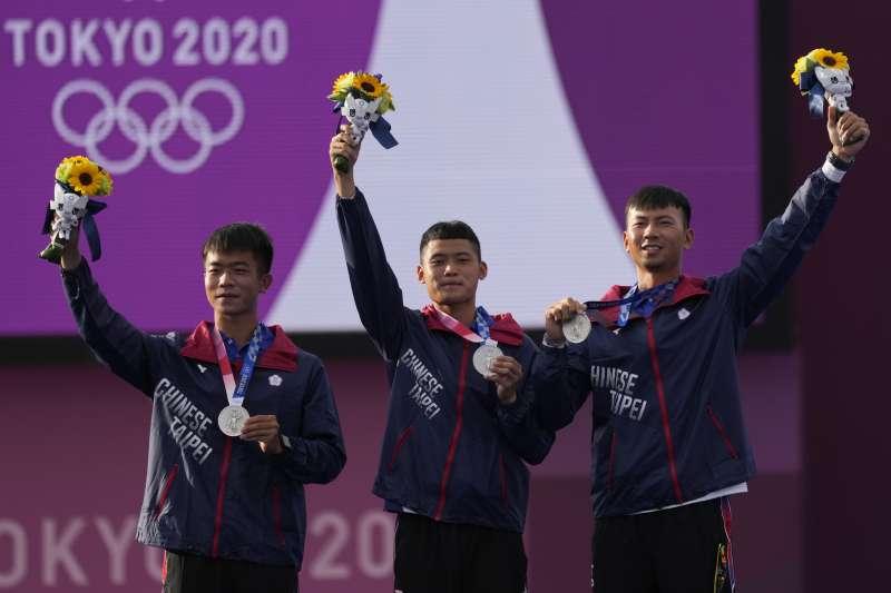 2021年7月26日,東京奧運,台灣代表隊射箭選手勇奪銀牌,左起:鄧宇成、湯智鈞、魏均珩(AP)
