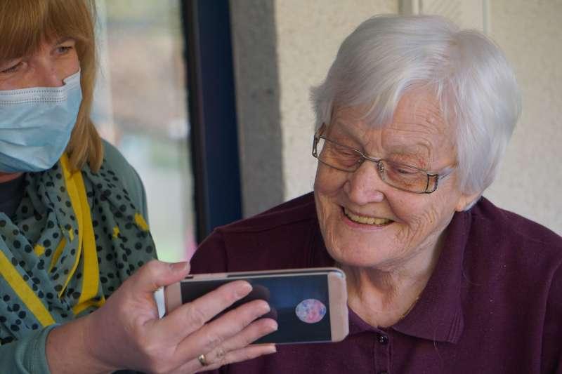新冠疫情封鎖期間,許多年長者會透過手機與親友視訊(Georg Arthur Pflueger/Unsplash)