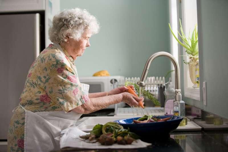 示意圖。疫情期間,對超過60歲的年長者來說,透過網路與科技聯繫感情的虛擬接觸讓他們感到更孤獨(CDC/Unsplash)