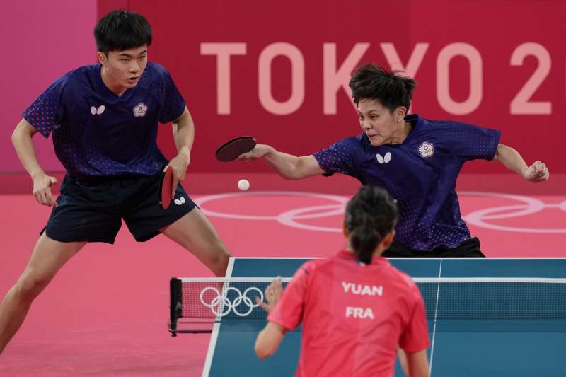 林昀儒今(27)日桌球男單擊敗瑞典對手卡爾貝里,晉級16強。(圖/AP)