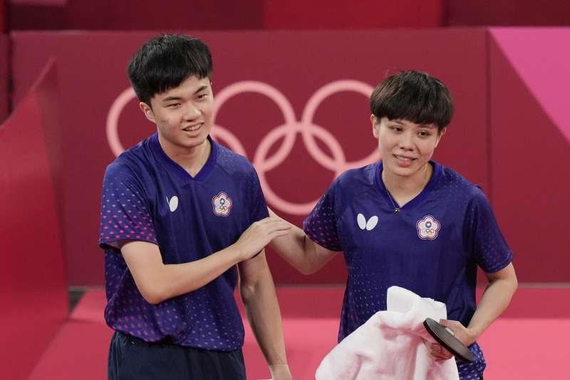 東京奧運台灣代表隊桌球混雙林昀儒、鄭怡靜直落4擊敗法國,勇奪銅牌。(美離社)