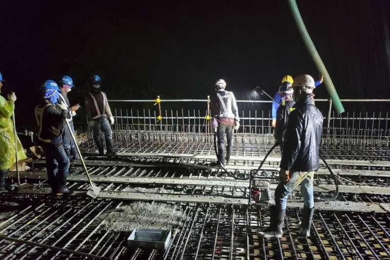 安坑輕軌高架段夜間混凝土澆置工程。(新北市捷運局提供)