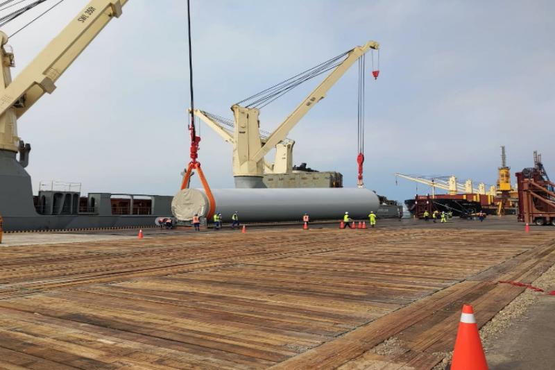 海事工程船在碼頭進行風機組件卸載作。(圖/潘品伸)