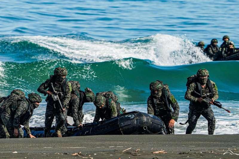 20210726-第一批搶灘的突擊艇。(取自中華民國海軍臉書)