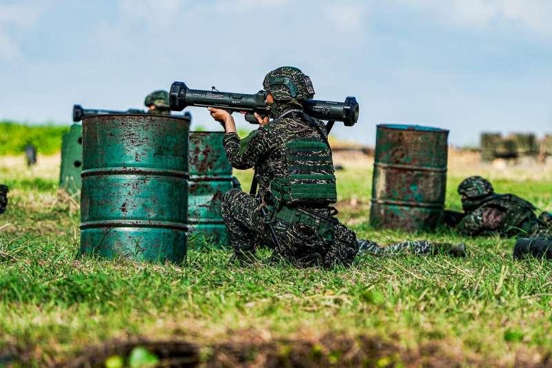 東、南沙島上除一般手、步槍外,隨著區域情勢更趨緊張,由中科院研發的紅隼反裝甲火箭如今也已登島,持續提升反登陸嚇阻力。(資料照,取自中華民國海軍臉書)