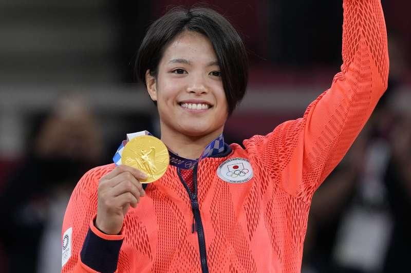 奪下東京奧運女子柔道52公斤級金牌的阿部詩。(AP)