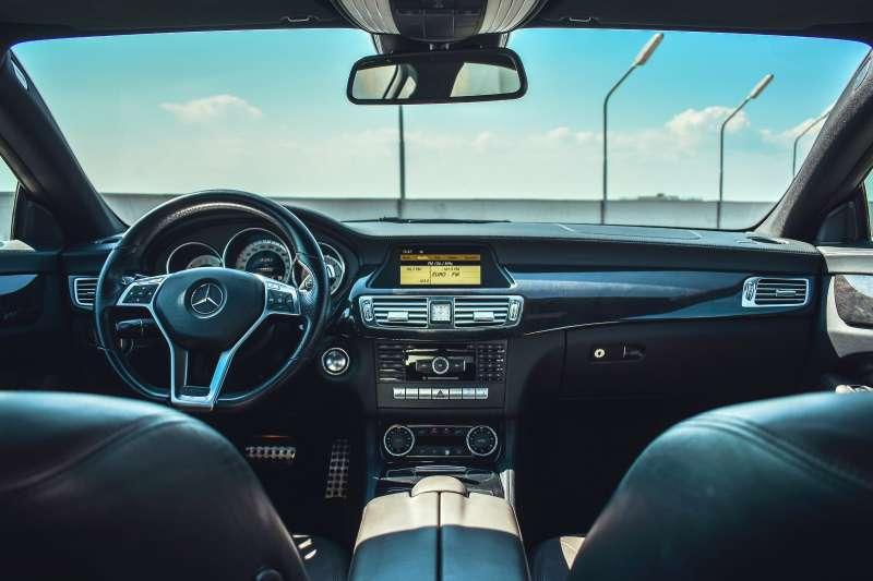 賓士執行長Ola Kallenius指出,汽車業正加速轉向電動車,他相信賓士將在這個令人興奮的新世代取得勝利。(圖/unsplash)