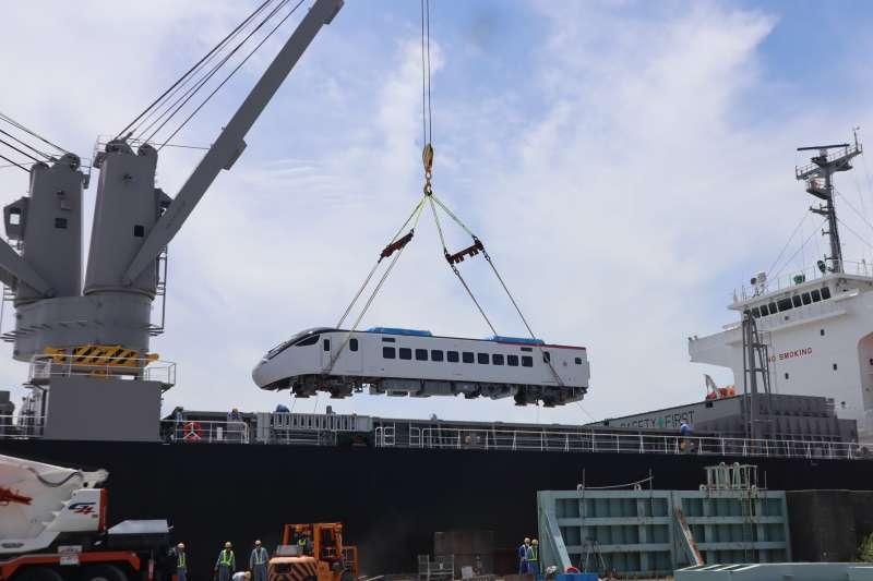 台灣向日本訂購EMU3000型城際車輛27日已吊掛上船。(取自劉櫂豪臉書)