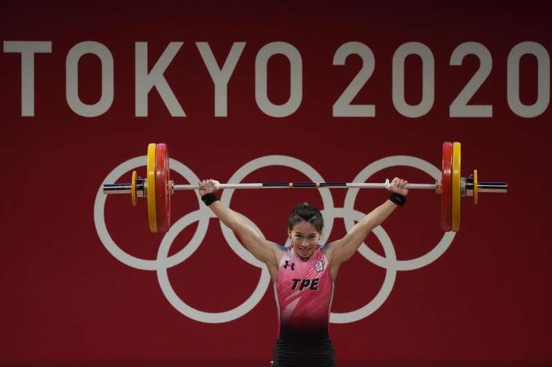 東京奧運肩負著宣示日本從「失落的三十年」復甦的任務;各國選手則背負著「為國爭光」使命,圖為台灣代表隊舉重金牌選手郭婞淳。(資料照,美聯社)