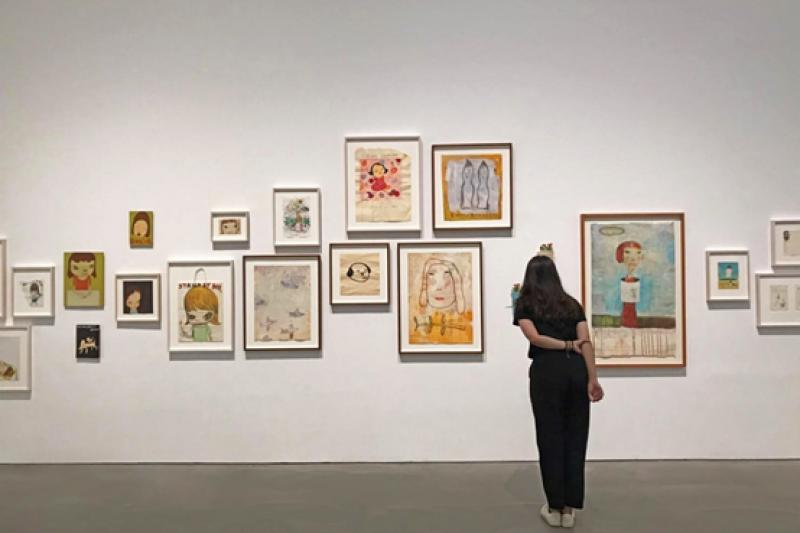 高美館《奈良美智特展》,藝術家為高雄站親自帶來26件全新作品。(圖/高雄市立美術館提供)