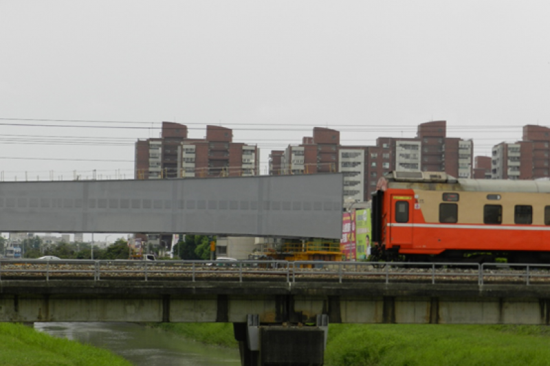 跨阿公店溪橋設計採用混凝土結構魚脊橋(脊背橋)設計,預定於8月中旬完成正式定位接合。(圖/高雄市捷運工程局提供)