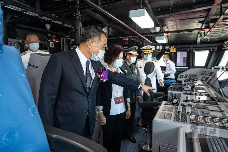 20210727-國防部長邱國正等人參觀駕駛台塔江艦。(取自軍聞社)