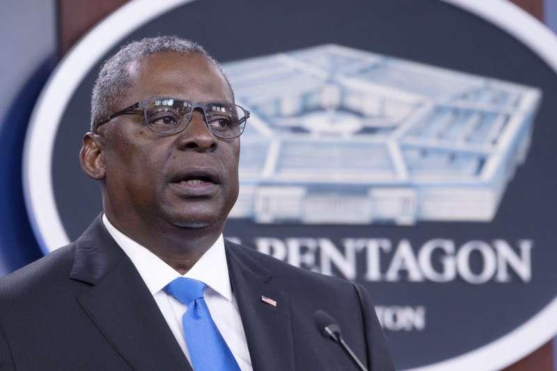美國國防部長奧斯丁近日視察阿拉斯加的埃爾森空軍基地,表達關注士兵自殺與心理健康問題。(美聯社)