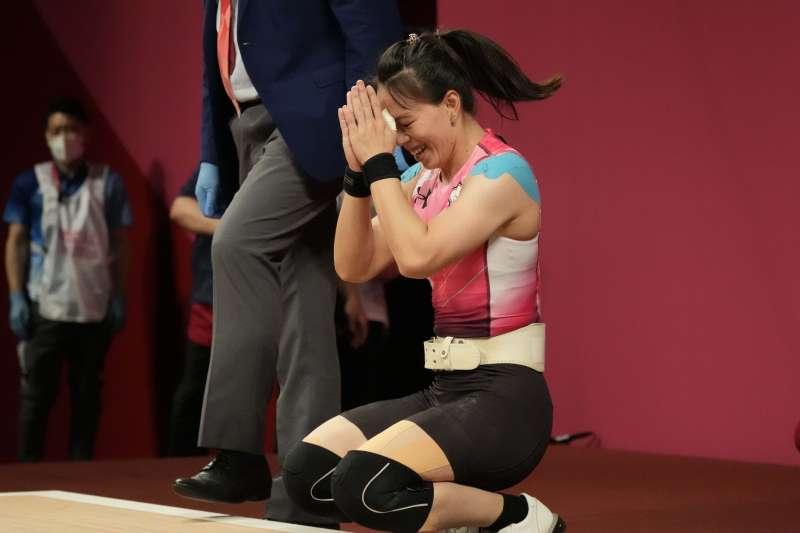 台灣選手在東京奧運發光發熱,是台灣少數可以跨越政治斷層線的美好事物,圖為台灣代表隊舉重女子59公斤量級選手郭婞淳出賽,勇奪金牌。(資料照,美聯社)