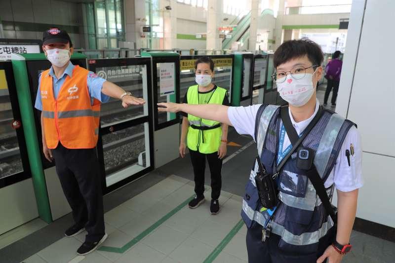 台中捷運第一線人員佩戴-愛的距離-口罩-提醒民眾降級後仍應保持社交距離。(圖/台中市政府)