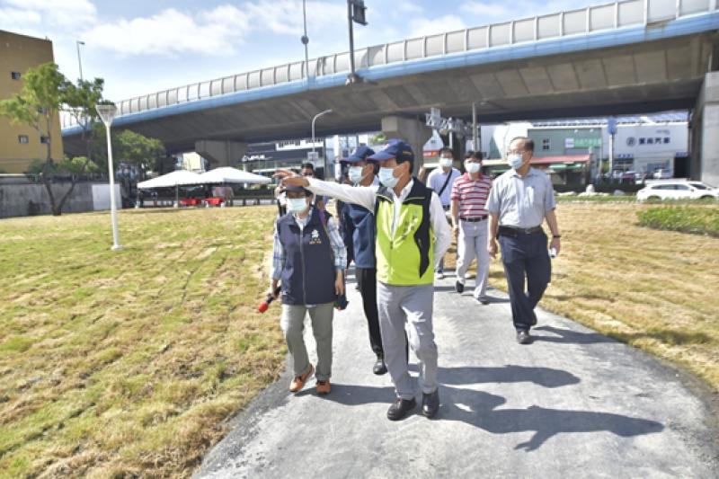 今(27)日高雄市副市長林欽榮到左營現場視察已完成的綠美化場地。(圖/高雄市工務局提供)