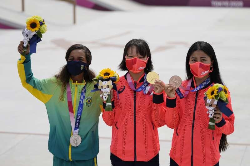 日本西矢椛(中)26日奪下奧運女子街頭滑板項目金牌,銀牌得主是巴西選手萊亞(左),銅牌得主是日本16歲的中山楓奈(右)(AP)