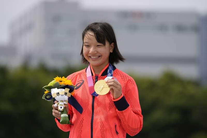 日本西矢椛26日奪下奧運女子街頭滑板項目金牌(AP)