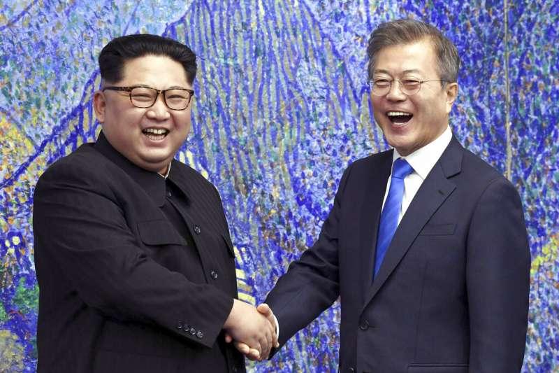 2018年4月27日,金正恩與文在寅在板門店握手合影。2021年7月27日,南北韓同意恢復中斷多時的直通熱線。(美聯社資料照)