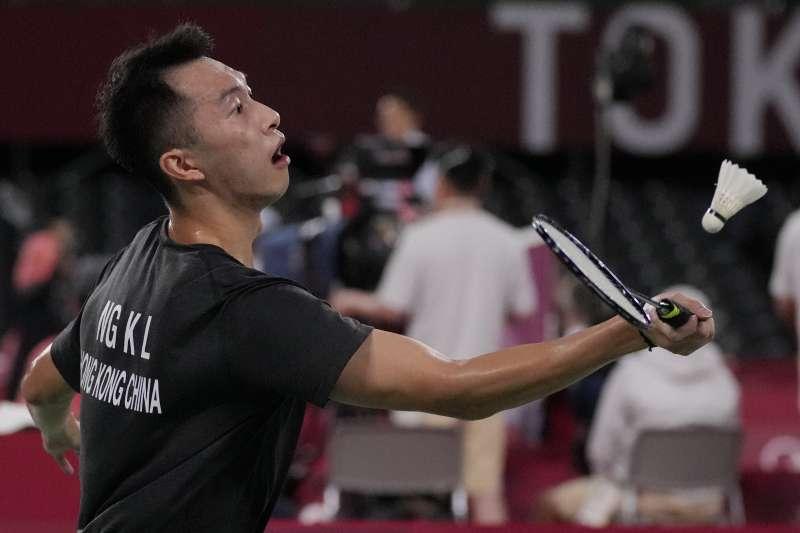 2021年7月24日,香港羽球選手伍家朗在東京奧運小組賽穿的黑上衣無區旗遭親中國人士抨擊(AP)