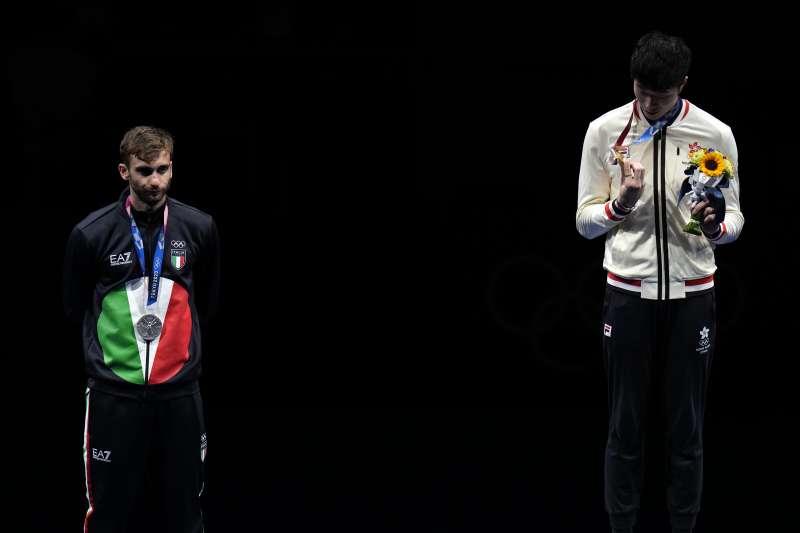 2021年7月24日,香港擊劍選手張家朗擊敗里約奧運冠軍加羅佐(左)贏得東京奧運金牌(AP)