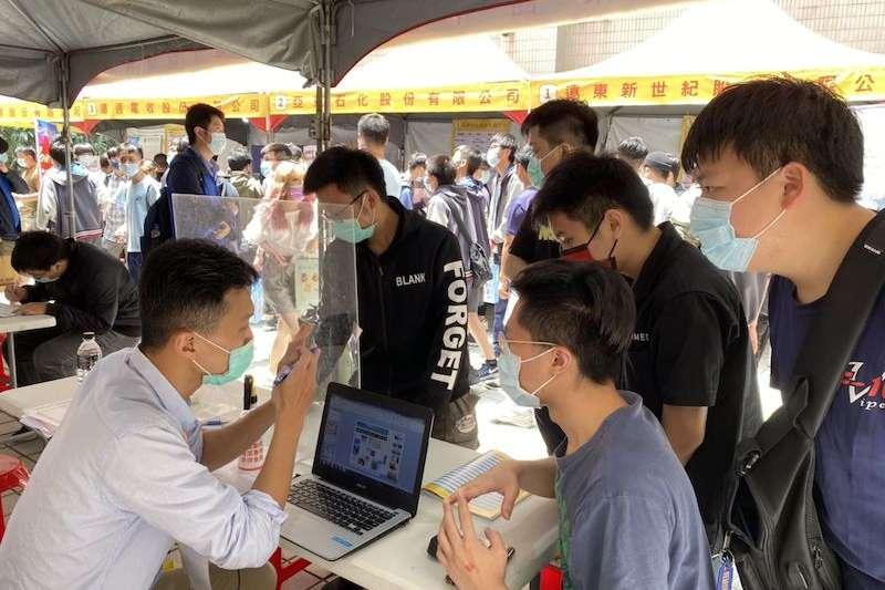 亞東就博會上,同學積極面試,企業親切解說。(圖/新北市勞工局提供)